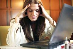 Doctor de sexo femenino joven hermoso con dolor de cabeza Foto de archivo libre de regalías