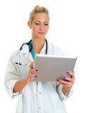 Doctor de sexo femenino joven que usa el ordenador de la tablilla. Fotografía de archivo