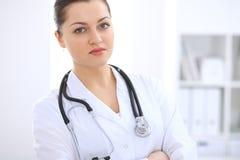 Doctor de sexo femenino moreno que se coloca derecho en el hospital Concepto de la medicina y de la atención sanitaria Imagen de archivo