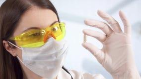 Doctor de sexo femenino profesional en el hospital que sostiene la píldora - nuevo tratamiento de la droga Médico de la mujer en  metrajes