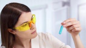 Doctor de sexo femenino profesional en laboratorio con el tratamiento innovador Científico de la mujer en el trabajo almacen de video