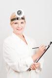Doctor de sexo femenino profesional joven con el cuaderno Imagen de archivo libre de regalías