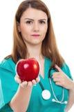 Doctor de sexo femenino que da la manzana, concepto para la forma de vida sana, imagenes de archivo