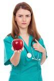Doctor de sexo femenino que da la manzana, concepto para la forma de vida sana Imagen de archivo