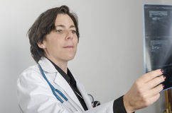 Doctor de sexo femenino que examina exactamente una radiografía imágenes de archivo libres de regalías