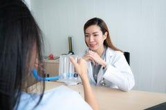 Doctor de sexo femenino que explica al paciente imagen de archivo libre de regalías