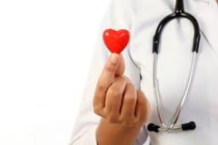 Doctor de sexo femenino que lleva a cabo una forma roja del corazón Fotografía de archivo libre de regalías