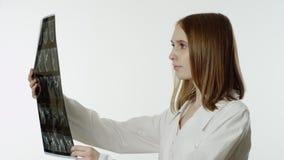 Doctor de sexo femenino que mira la radiografía almacen de metraje de vídeo