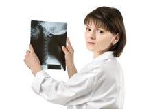 Doctor de sexo femenino que muestra la radiografía humana del cuello Fotos de archivo libres de regalías
