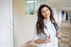 Doctor de sexo femenino que sonríe en el concepto de la cámara, de la atención sanitaria y de la prevención imagen de archivo libre de regalías