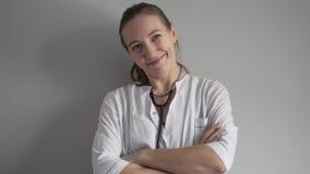 Doctor de sexo femenino que sonríe en hospital almacen de video