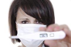 Doctor de sexo femenino que sostiene el termómetro médico Fotografía de archivo libre de regalías