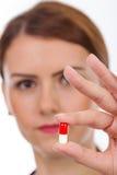 Doctor de sexo femenino que sostiene la píldora fotos de archivo
