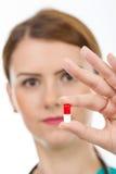 Doctor de sexo femenino que sostiene la píldora imagenes de archivo