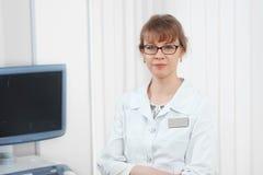 Doctor de sexo femenino que trabaja en el hospital Fotografía de archivo