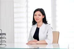 Doctor de sexo femenino que trabaja en el hospital Fotografía de archivo libre de regalías