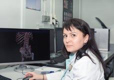Doctor de sexo femenino resultados de examen de un escáner del CT imagen de archivo