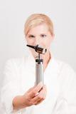 Doctor de sexo femenino serio joven con la herramienta médica Imagen de archivo