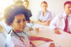 Doctor de sexo femenino sobre el grupo de médicos en el hospital Fotos de archivo libres de regalías