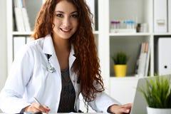 Doctor de sexo femenino sonriente hermoso Imagen de archivo libre de regalías