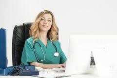 Doctor de sexo femenino sonriente que lleva a cabo informes médicos fotos de archivo