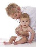 Doctor de sexo femenino y un bebé Fotos de archivo