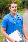 Doctor de sexo masculino al aire libre fotografía de archivo libre de regalías