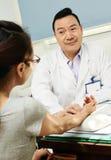 Doctor de sexo masculino asiático chino Imágenes de archivo libres de regalías
