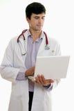 Doctor de sexo masculino con el ordenador portátil Fotografía de archivo libre de regalías