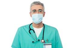 Doctor de sexo masculino con la mascarilla imágenes de archivo libres de regalías