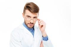 Doctor de sexo masculino con los vidrios que miran la cámara Imagen de archivo