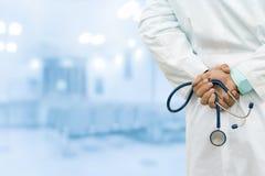 Doctor de sexo masculino en el hospital fotos de archivo