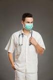 Doctor de sexo masculino en máscara quirúrgica Foto de archivo libre de regalías
