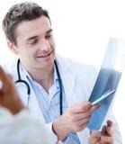 Doctor de sexo masculino encantador que muestra un rayo de x Imagen de archivo libre de regalías