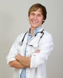 Doctor de sexo masculino feliz imagen de archivo