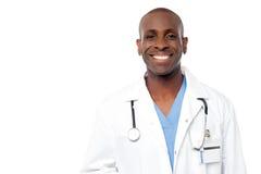 Doctor de sexo masculino feliz envejecido centro fotografía de archivo libre de regalías