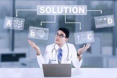 Doctor de sexo masculino inseguro con la solución Imagen de archivo