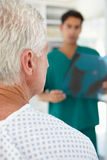 Doctor de sexo masculino joven con el paciente mayor fotografía de archivo libre de regalías