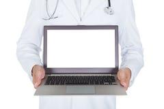 Doctor de sexo masculino joven feliz que sostiene el ordenador portátil Imagenes de archivo