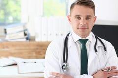 Doctor de sexo masculino de la medicina su pecho en oficina imagenes de archivo