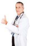 Doctor de sexo masculino maduro con el pulgar para arriba Imágenes de archivo libres de regalías