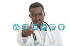 Doctor de sexo masculino negro africano enojado que señala el finger en usted con el estetoscopio Imagenes de archivo