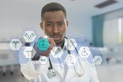 Doctor de sexo masculino negro africano enojado que señala el finger en usted con el estetoscopio alrededor de su cuello Foto de archivo