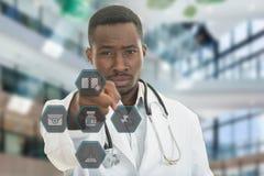 Doctor de sexo masculino negro africano enojado que señala el finger en usted con el estetoscopio alrededor de su cuello Fotografía de archivo