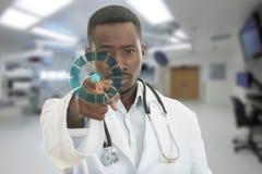 Doctor de sexo masculino negro africano enojado que señala el finger en usted con el estetoscopio alrededor de su cuello Imágenes de archivo libres de regalías