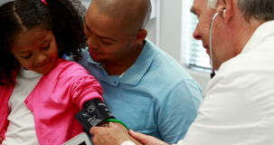 Doctor de sexo masculino que comprueba la presión arterial paciente almacen de metraje de vídeo
