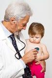 Doctor de sexo masculino que examina a un paciente del niño Imágenes de archivo libres de regalías