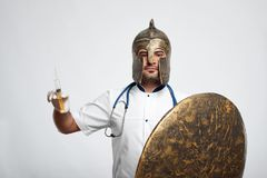 Doctor de sexo masculino que lleva la armadura medieval fotos de archivo