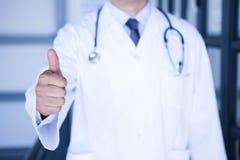 Doctor de sexo masculino que muestra los pulgares para arriba Fotografía de archivo libre de regalías