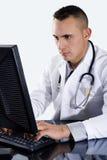 Doctor de sexo masculino que pulsa en el ordenador Imagen de archivo libre de regalías